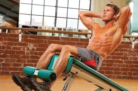 Les crunchs sont l'un des exercice les plus efficace pour se muscler avec la chaise romaine