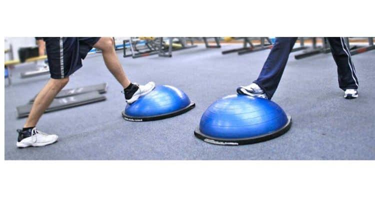 squats sur une planche d'équilibre