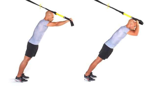 L'exercice des pompes suspendues sollicite amplement le haut des pectoraux et vos muscles stabilisateurs.