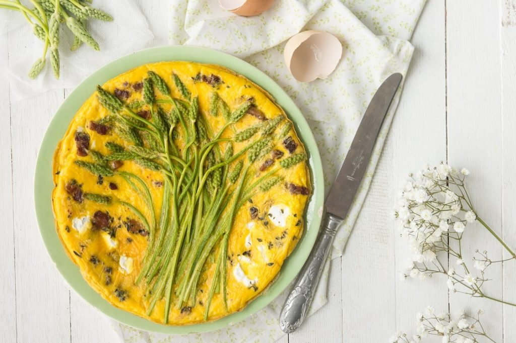 Petit déjeuner des Frittata d'asperge pour prendre de la masse